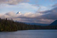Zet Kap op in lage wolken bij Verloren Meer in Oregon wordt gehuld dat royalty-vrije stock foto