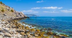 Zet, kustlijn de Zwarte Zee & blauwe hemel op Royalty-vrije Stock Foto's