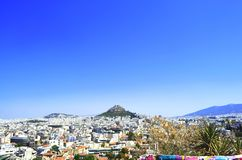 Zet Lycabettus op ook als Lycabettus, Likavitos of Lykavittos onder de blauwe hemel wordt bekend, Athene, Griekenland dat royalty-vrije stock foto