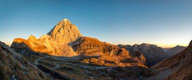 Zet Mangart, Slovenië op - panoramische zonsondergangmening Stock Afbeelding