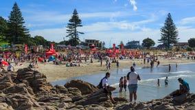 Zet Maunganui-strand, Nieuw Zeeland op, volledig van mensen op een hete de zomer` s dag royalty-vrije stock afbeelding