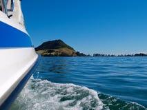 Zet Maunganui van boog die van boot op haven kruist. Stock Afbeelding