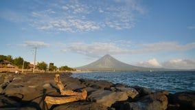 Zet Mayon-Vulkaan in de provincie van Bicol, Filippijnen op stock video