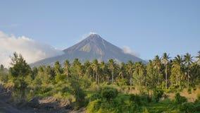 Zet Mayon-Vulkaan in de provincie van Bicol, Filippijnen op stock footage
