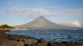 Zet Mayon-Vulkaan in de provincie van Bicol, Filippijnen op stock videobeelden