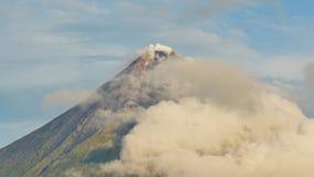 Zet Mayon-Vulkaan in de provincie van Bicol, Filippijnen op Betrekt timelapse stock footage
