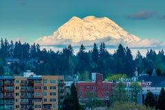 Zet Rainier Over City In Olympia Washington op stock foto