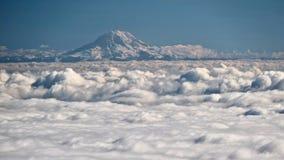 Zet Regenachtiger op behandeld met sneeuw en ijs boven wolken stock foto's