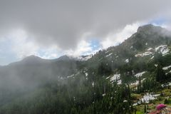 Zet Regenachtiger op gehuld in Wolken stock afbeeldingen