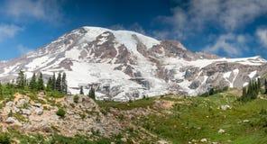 Zet Regenachtiger panorama met gletsjer, bomen en blauwe de zomerhemel op stock foto's