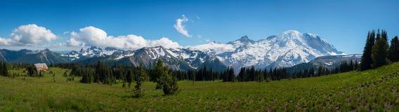 Zet Regenachtiger panorama onder blauwe hemel op stock fotografie
