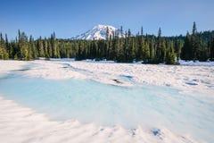Zet Regenachtiger van een snow-covered Bezinningsmeer op royalty-vrije stock foto's