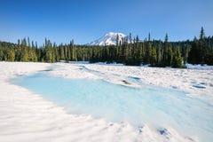 Zet Regenachtiger van een snow-covered Bezinningsmeer op stock foto's