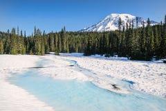 Zet Regenachtiger van een snow-covered Bezinningsmeer op royalty-vrije stock afbeelding