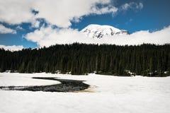 Zet Regenachtiger van een snow-covered Bezinningsmeer op stock afbeelding