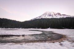Zet Regenachtiger van een snow-covered Bezinningsmeer op royalty-vrije stock foto