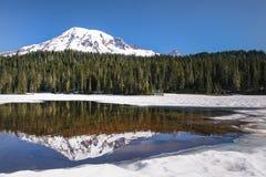 Zet Regenachtiger van een snow-covered Bezinningsmeer op royalty-vrije stock afbeeldingen