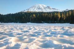 Zet Regenachtiger van een snow-covered Bezinningsmeer op royalty-vrije stock fotografie