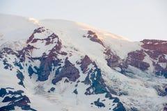 Zet Regenachtigere top en Nisqually-Gletsjer bij Onderstel Rainier National Park, de V.S. op stock afbeeldingen