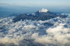 Zet Rinjani op, vulkaan die op Lombok, uit de wolken, Lombok, Indonesië, Azië toenemen Stock Foto's