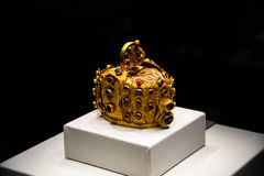 Zet robijnrode en Smaragdgroene gouden kroon op Stock Afbeelding