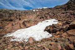 Zet Ruapehu op met sneeuwlandschap en sneeuw behandelde helling in het Nationale park dat van Tongariro wordt behandeld Stock Foto's