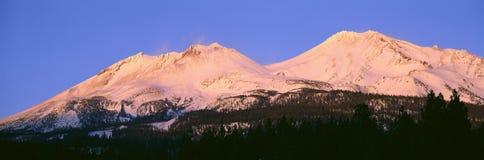 Zet Shasta bij Zonsondergang op, Stock Fotografie