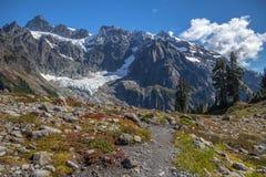 Zet Shuksan van Meer Ann Trail in September op royalty-vrije stock fotografie