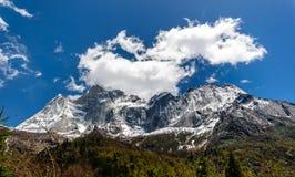 Zet Siguniang op - vier zusterbergen in Sichuan stock foto