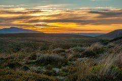 Zet Taranaki bij perfecte de vulkaanberg van zonsondergangnieuw zeeland op royalty-vrije stock afbeelding