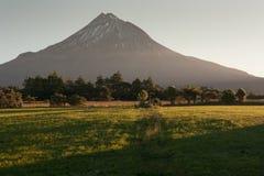 Zet Taranaki bij zonsondergang op Stock Fotografie
