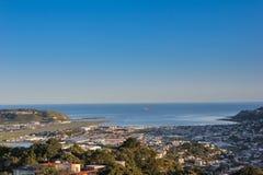 Zet Victoria-vooruitzicht, de stadsmening van Wellington met vrachtschip op dat in de blauwe oceaan op de achtergrond vaart stock afbeelding