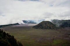 Zet vulkaan Batok, een zustervulkaan van op onderstel Bromo stock foto's