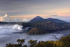 Zet vulkaan Bromo bij zonsopgang op Stock Fotografie