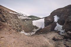 Zet vulkaan Etna, vulkanische krater met sneeuw op Sicilië, Italië Royalty-vrije Stock Afbeelding