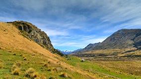 Zet Zondag en omringende die bergketens op, in filmlord wordt gebruikt van de scène van Edoras van de Ringenfilm, in Nieuw Zeelan Royalty-vrije Stock Afbeelding