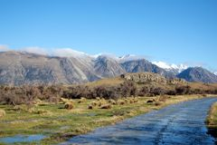 Zet Zondag op een zonnige duidelijke dag met bergen op de achtergrond op royalty-vrije stock afbeelding