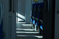 Zetels beschikbaar op het treinzonlicht bij het venster royalty-vrije stock foto's