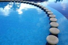 Zetels binnen van het zwembad Stock Fotografie
