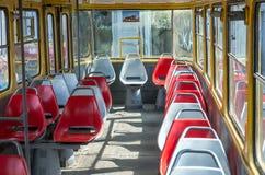 Zetels en leuningen binnen het passagierstramspoor Tatra T4SU stock afbeeldingen