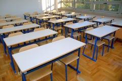 Zetels en lijsten 2 van het klaslokaal stock foto's