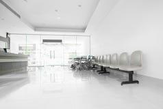 Zetels en rolstoel in het ziekenhuisgang royalty-vrije stock afbeeldingen