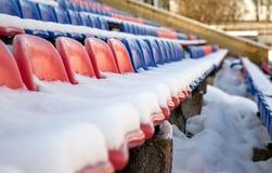 Zetels in het stadion onder de sneeuw stock fotografie