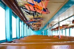 Zetels houten op de boot stock foto