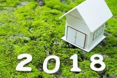 Zette het concepten Nieuwe jaar 2018, Nummer 2018 met modelhuis op mos Stock Afbeelding