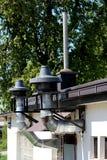 Zetten de industriële schoorstenen van de restaurantkeuken met grote filters en de metaalbescherming bij bovenkant bij de bouw va stock foto's