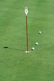 Zetten van de praktijk groen met golfballen Royalty-vrije Stock Foto