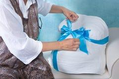 Zettend een boog op een gegoten zwangerschapsbuik Royalty-vrije Stock Fotografie