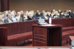 Zeugenstand am Gerichtsgebäude stockfoto