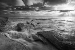 Zeus Rays über Windansea-Schwarzem und weißem lizenzfreies stockfoto